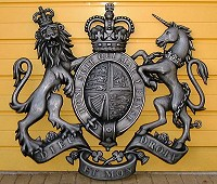 46in royal no helmet cold-cast aluminium. GRP British royal coat of arms, style 2, 46in/117cm x 52in/132cm, cold-cast resin/aluminium finish.